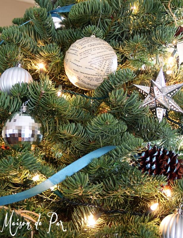 blue christmas tree ornaments vert