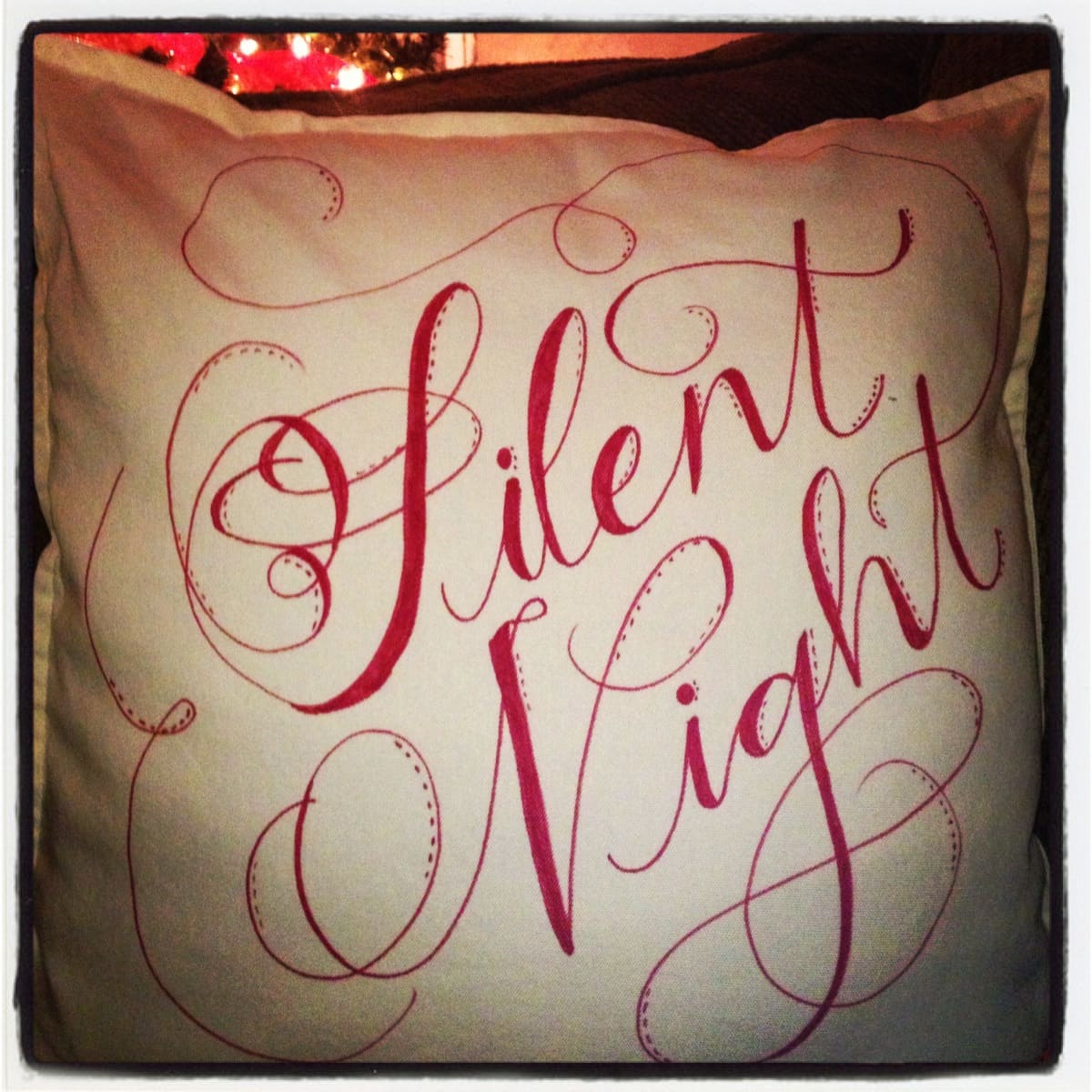 Easiest project ever and great design ideas! via maisondepax.com #sharpie #christmas #pillow #DIY