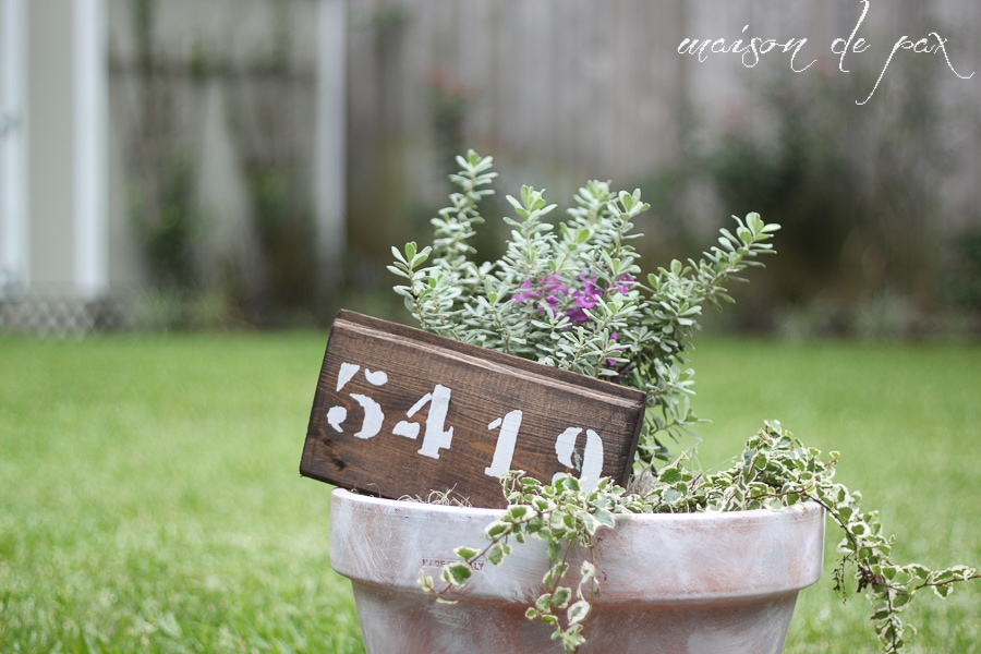 creative, thoughtful, personal - this DIY housewarming gift from maisondepax.com is perfect! #plant #pot #housenumbers #paintedwoodsign