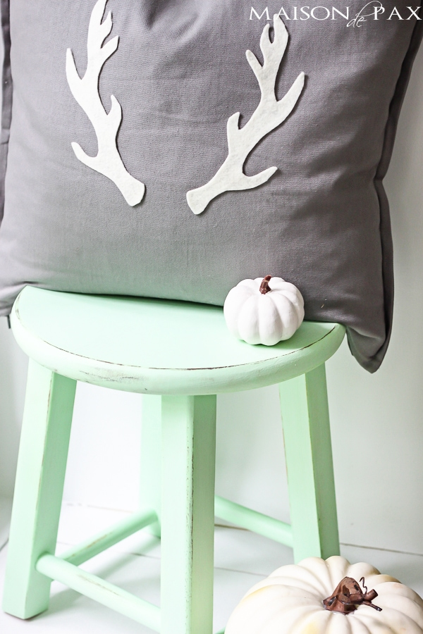 adorable fall or winter pillow and SO easy! via maisondepax.com #tutorial #diy #antler #fall #christmas
