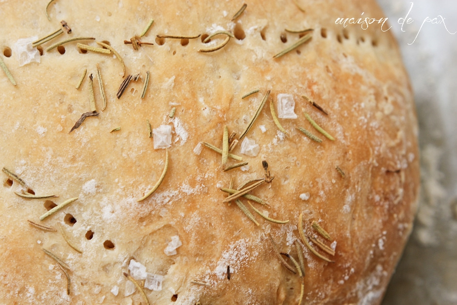 Homemade bread with just 5 ingredients and three easy steps! Delicious focaccia recipe via maisondepax.com