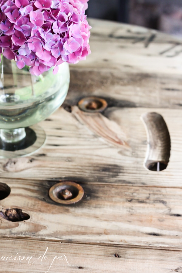 Love this project! How to make a table from an industrial spool via maisondepax.com #diy #outdoorliving #tutorial