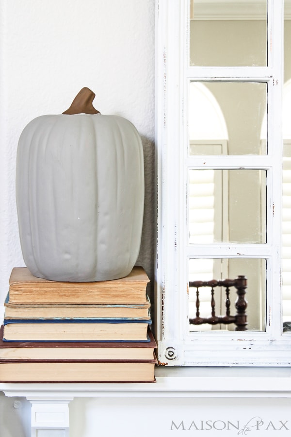 I love this fall home tour! Calming neutrals and lots of texture: simple ideas and easy fall decorations   maisondepax.com