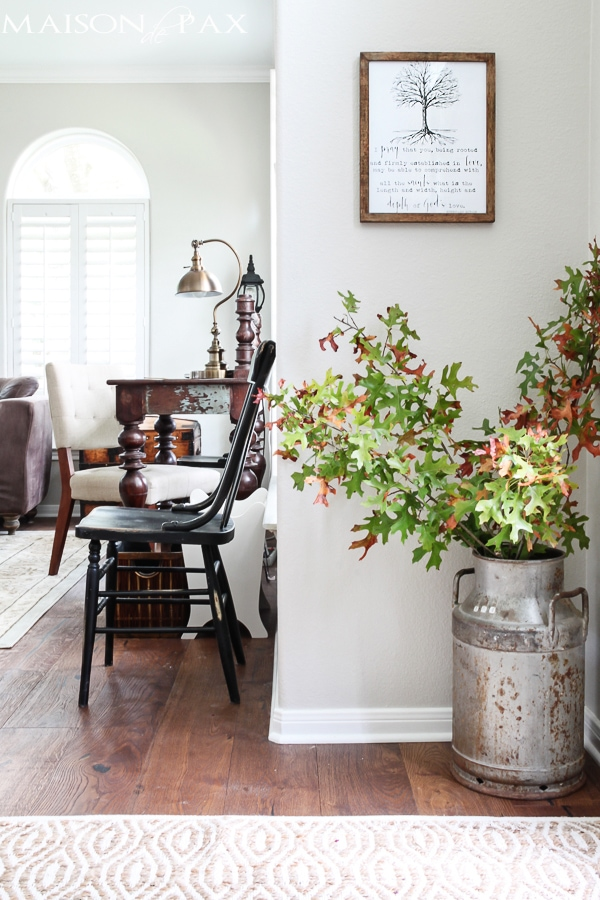 I love this fall home tour! Calming neutrals and lots of texture: simple ideas and easy fall decorations | maisondepax.com