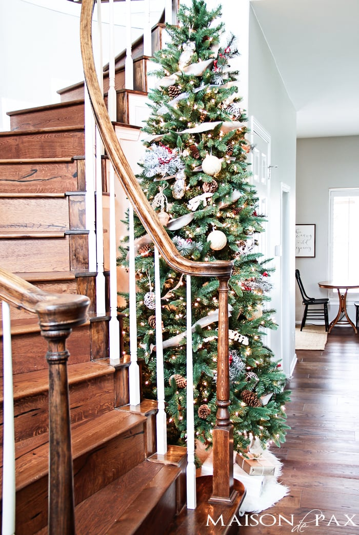 What a beautiful Christmas tree! Natural elements and neutral ornaments make this winter woodland tree simple and gorgeous | maisondepax.com