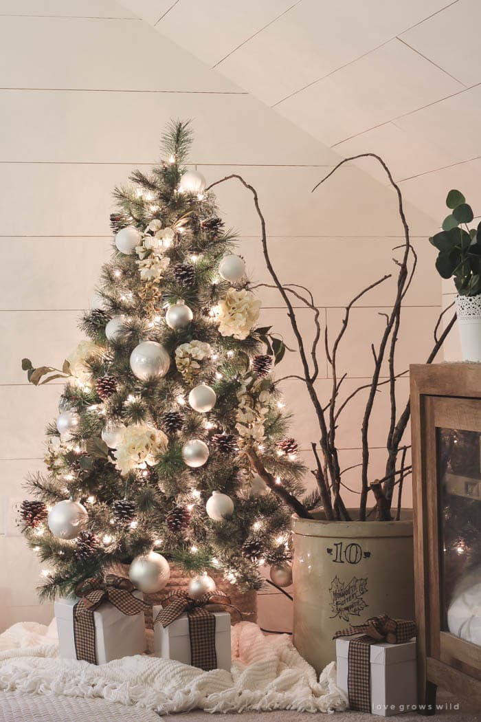 what a sweet little farmhouse Christmas tree!