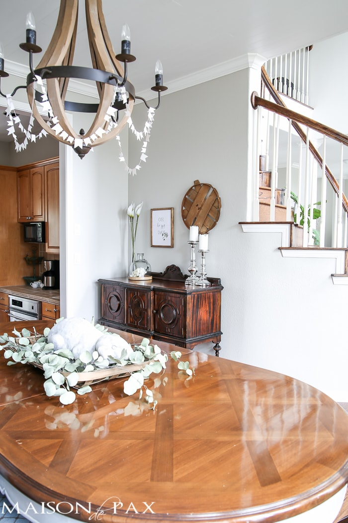 Spring Home Tour: What a beautiful home decorated with neutrals and light touches of greenery perfect for spring or summer | maisondepax.com