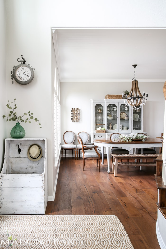 I love the mix of formal and rustic! What a beautiful home with light touches of greenery perfect for spring or summer | maisondepax.com