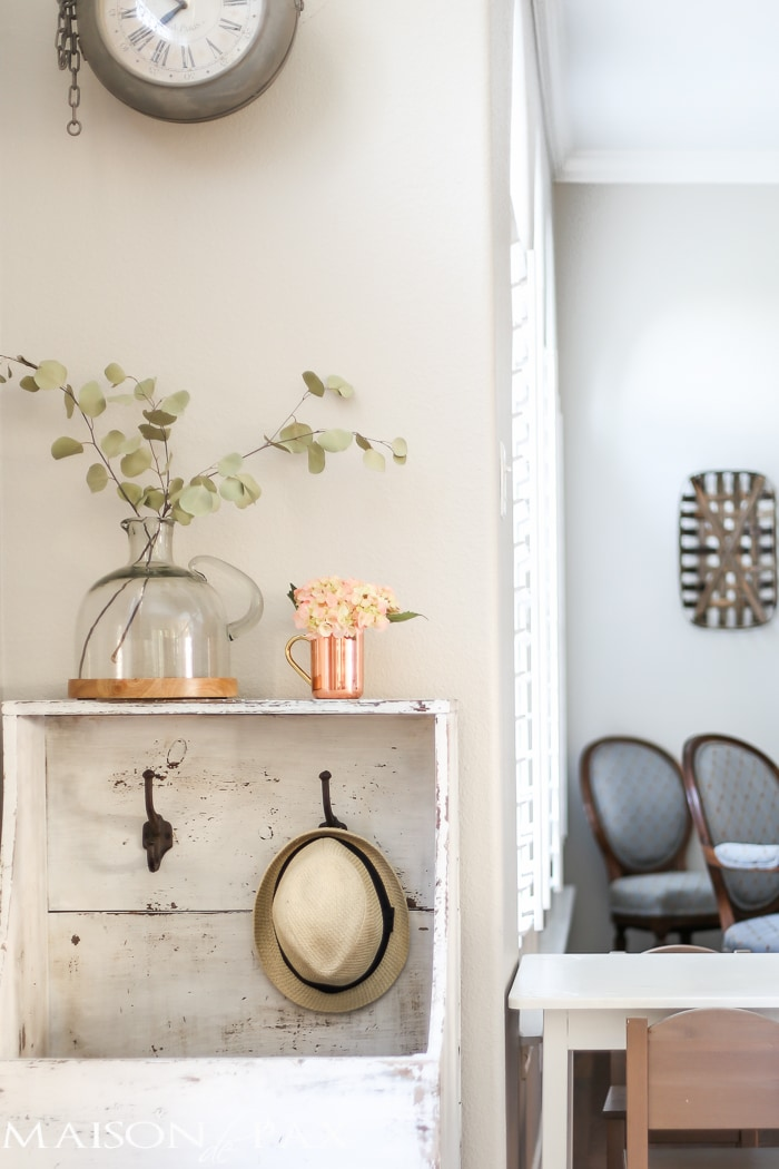 Such sweet, simple, farmhouse style! Tips for quick and easy decorating with flowers | maisondepax.com