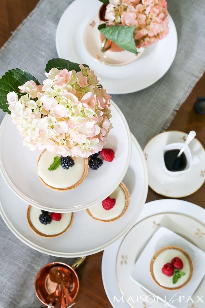 what a lovely, fresh table setting - perfect for Mother's Day brunch, Easter dinner, or any special spring occasion | maisondepax.com