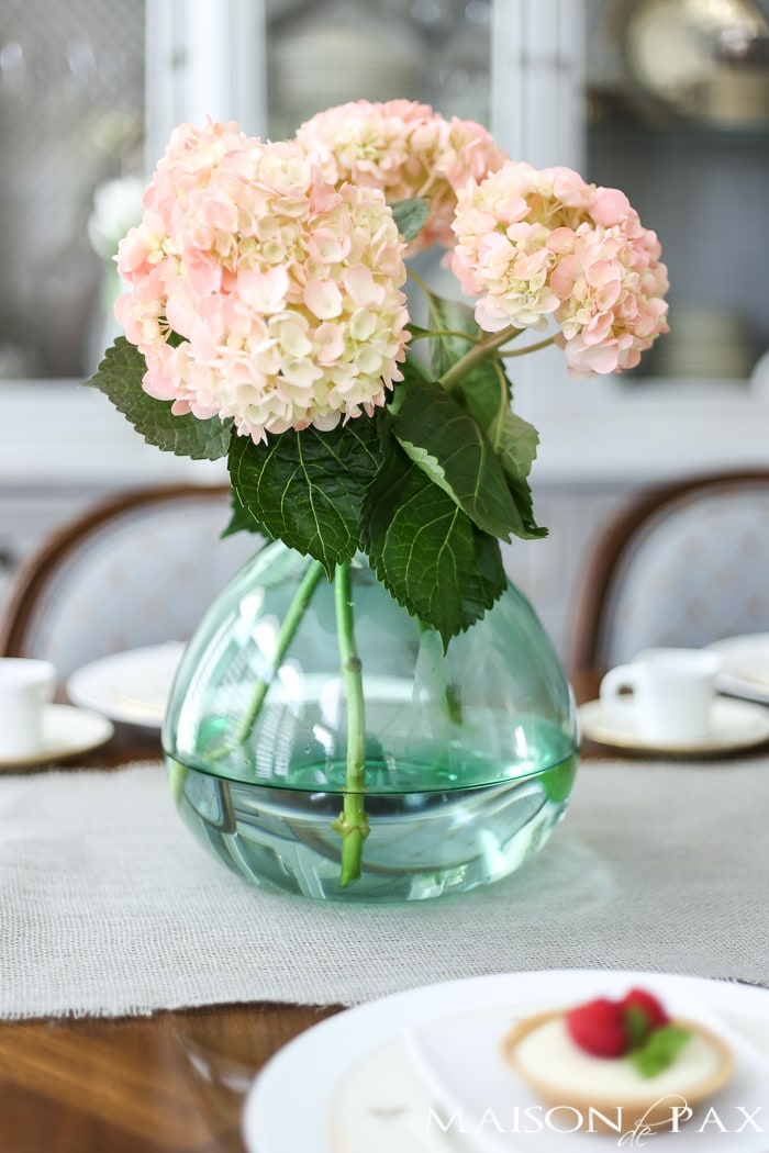 Love the pale green demijohn with the blush hydrangeas! Tips for quick and easy decorating with flowers | maisondepax.com