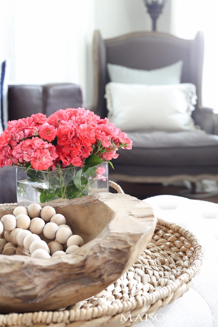love the wooden beads and bowl in the basket tray! how to decorate your home for summer in 10 minutes or less   quick summer decorating ideas