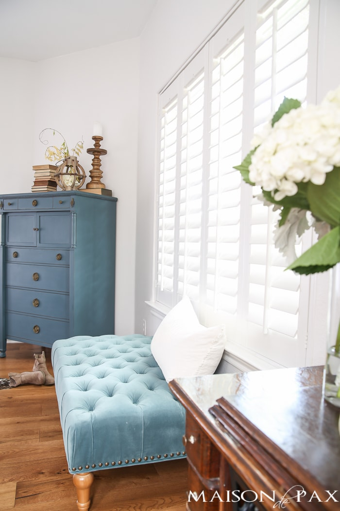 Autumn decor doesn't have to be all oranges and reds; see how to create a soft, romantic space with blue and white fall decor!