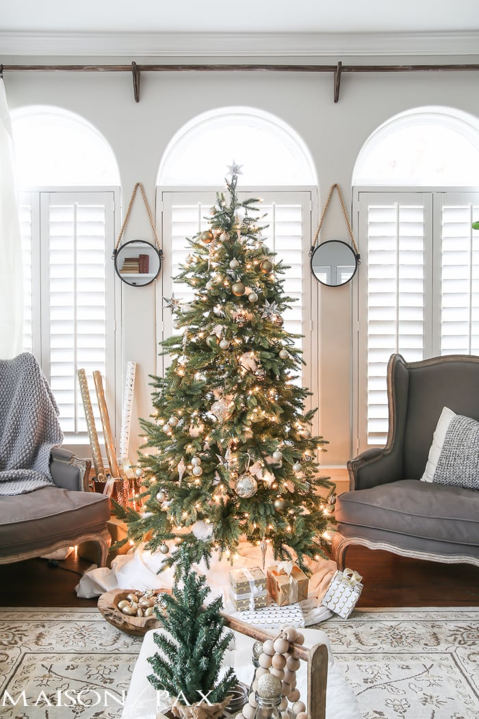 38 Small Yet Super Cozy Living Room Designs: Green And White Christmas Decorating Ideas
