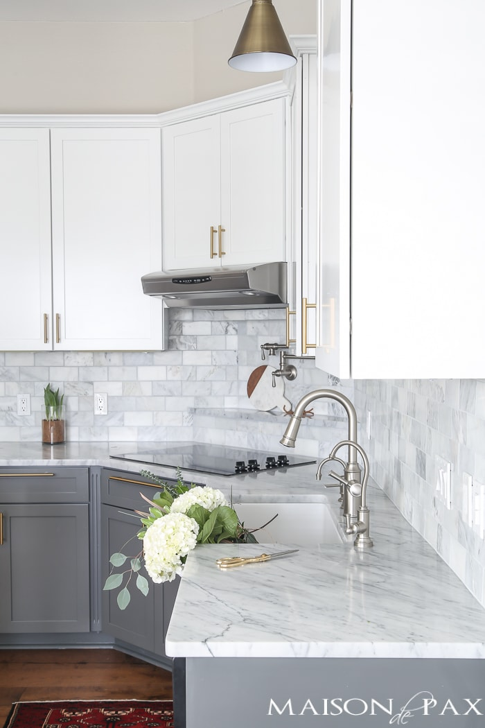 Gray and white and marble kitchen reveal maison de pax for Gray and white kitchen cabinets